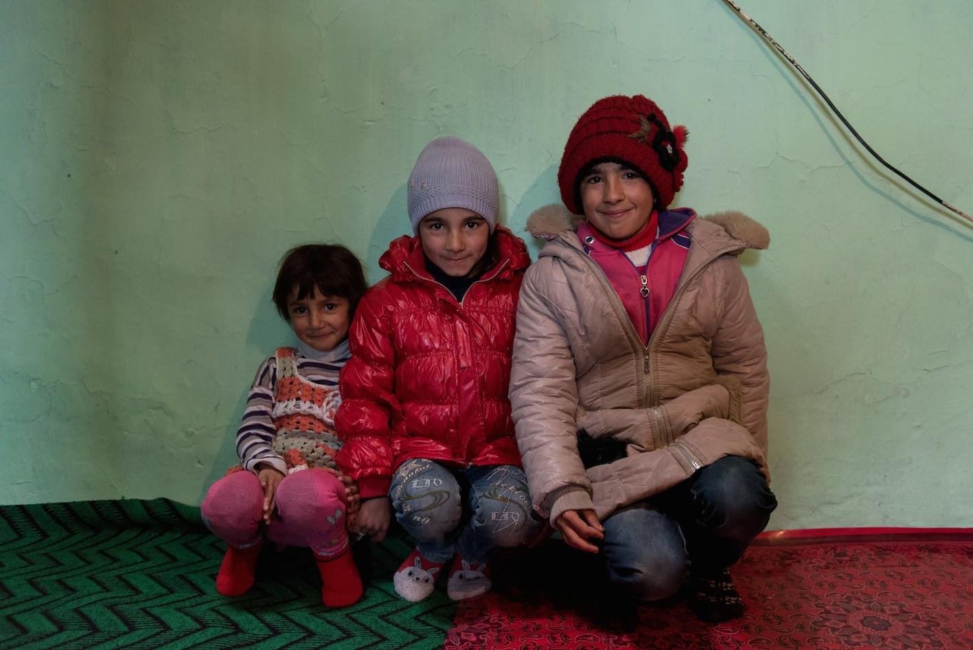 Lalaïeva Kanira, 6 ans, Lalaïeva Zakhra, 9 ans et Melikova Seïlanour, 14 ans