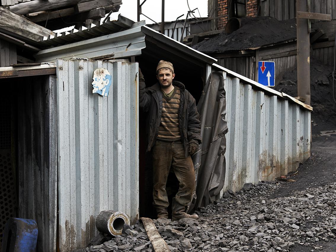 Sergueï, mineur, devant l'une des entrées de la mine.