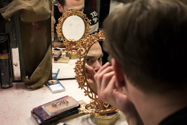 Dans la loge de Central Station, Jenya et son collègue se maquillent avant le show © Kseniya Yablonskaya