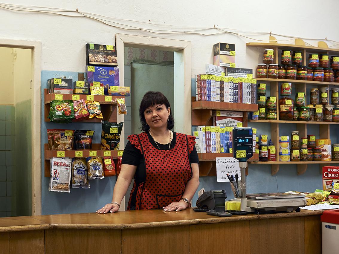 Natalia, vendeuse de l'épicerie de Barentsbourg, vient de Donetsk (Ukraine).