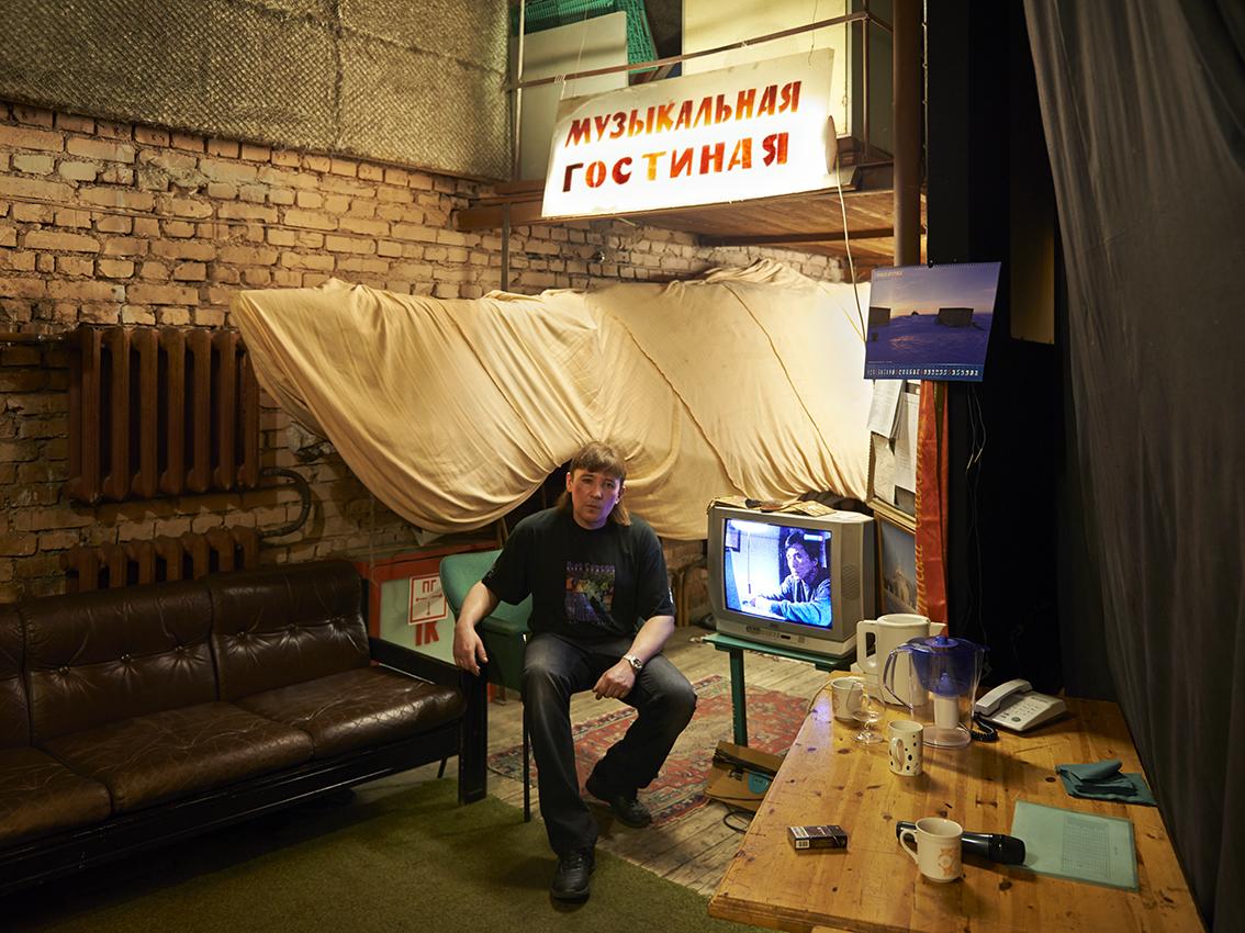 Sergueï, dans les coulisses de la salle de spectacle du centre culturel.