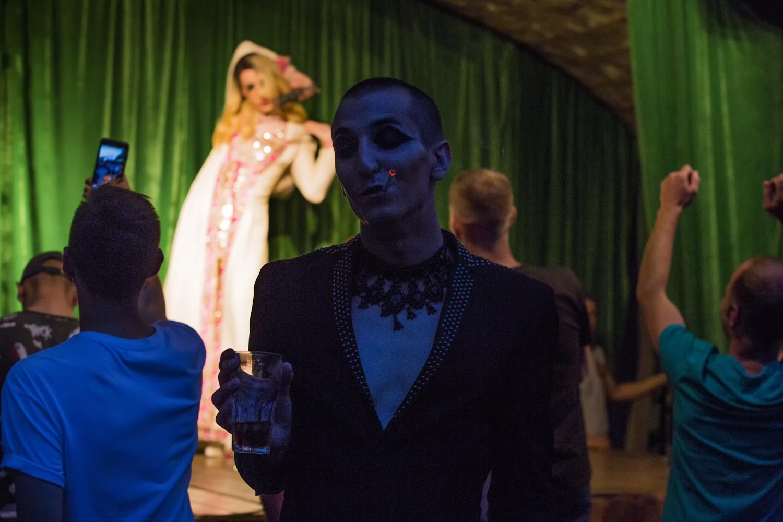 Sasha Mamontov sur la piste de danse du Central Station. Un show travesti en arrière plan © Kseniya Yablonskaya