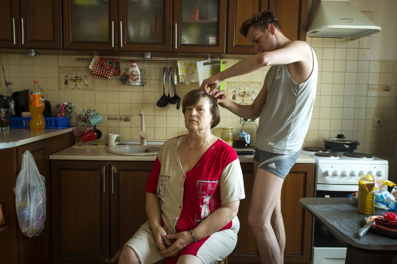 Jenya Shamin, alias Miss Shamina, chez lui avec sa mère © Kseniya Yablonskaya