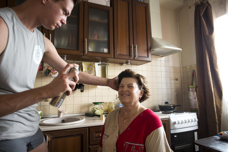 La mère de Jenya le soutient dans ses choix de vie et tient à assister à ses performances travesties © Kseniya Yablonskaya