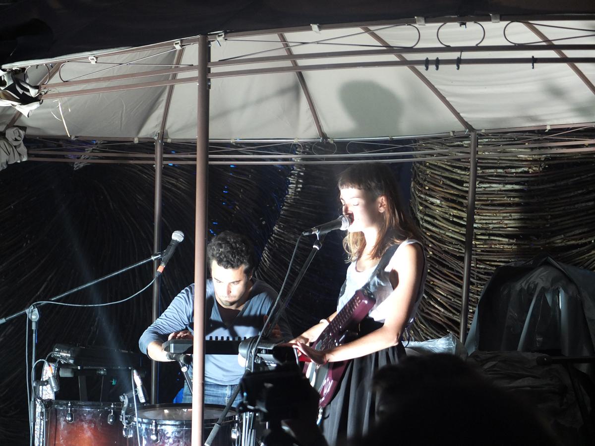 Avant l'orage et la nuit noire : le concert aux intonations electro-tribales du duo français Moziimo.