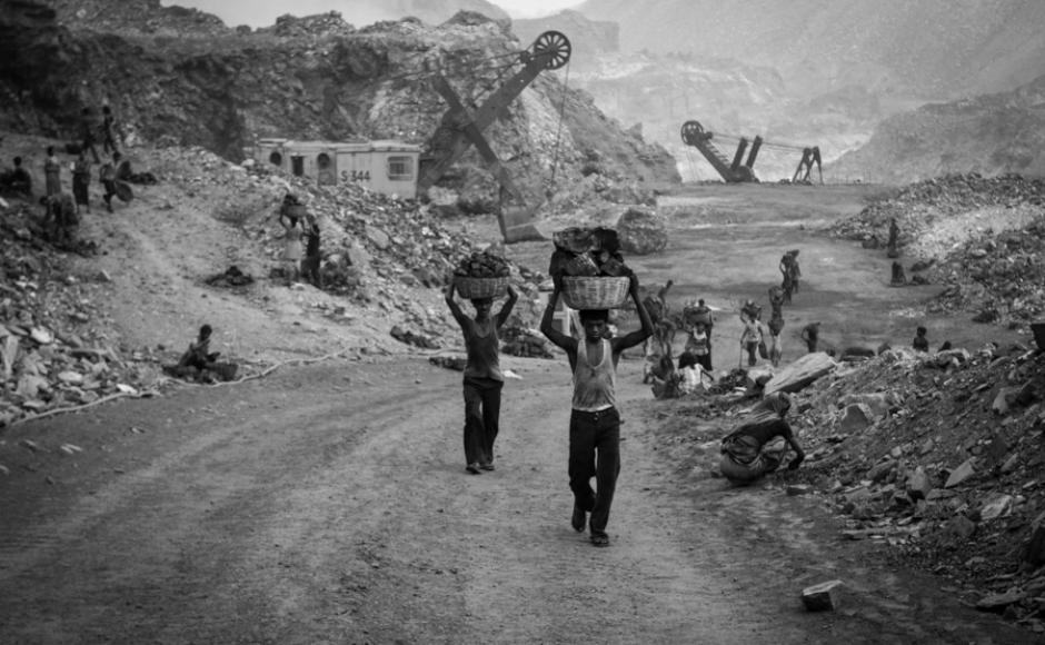 Les porteurs de charbon travaillent 10 heures par jour.